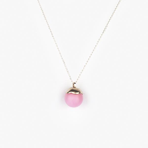 Křišťálová kulička ze skla ve šperku.