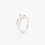 Plochý prsten se vsazenou sladkovodní perlou.