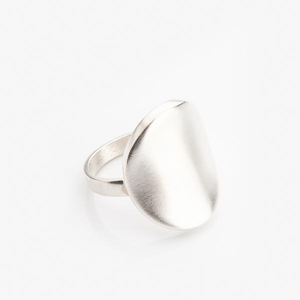 Elegantní křivky stříbrného prstýnku z dílny Šperkařky Marie Bernotové