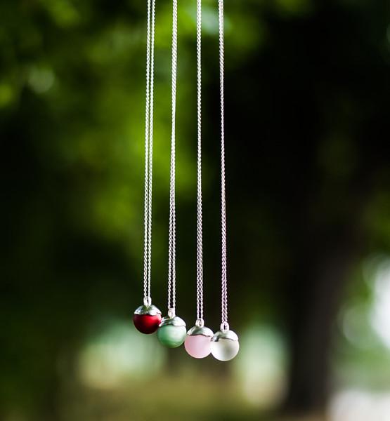 Stříbrný náhrdelník se skleněnou kuličkou.