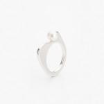 Asymetrický stříbrný prsten s perlou.
