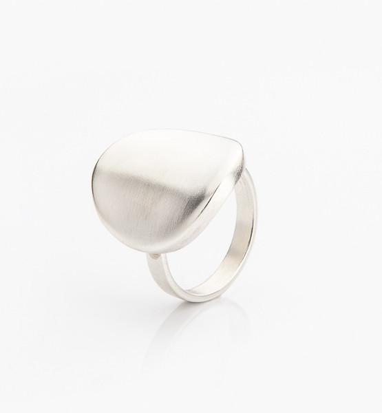 Organické tvary elegantního masivního prstenu ze stříbra