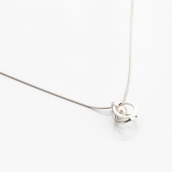 Stříbrný přívěsek jako symbol nekonečné lásky a inspirace.