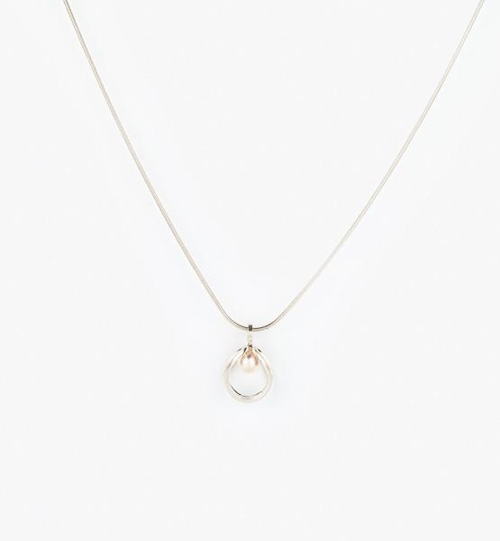 Jednoduchý design přívěsku s perlou.