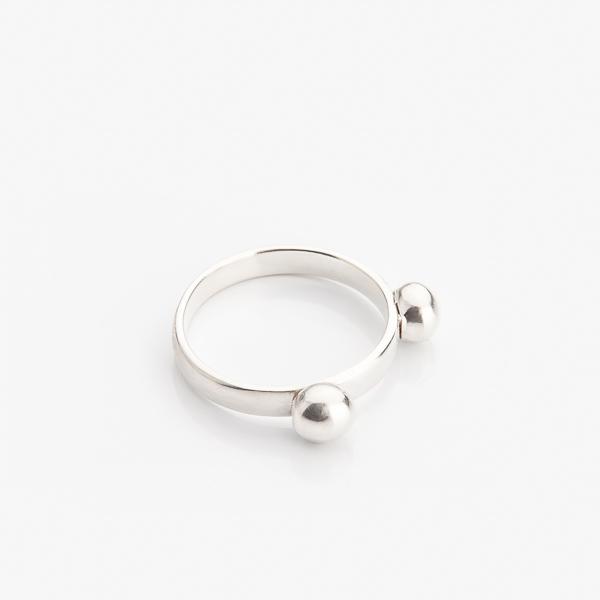 Veselý prsten ze stříbra v jednoduchém designu.