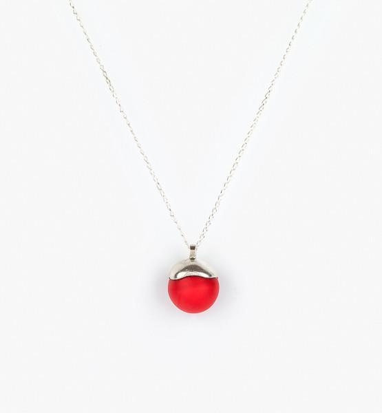 Náhrdelník se skleněnou kuličkou sytě červené barvy.
