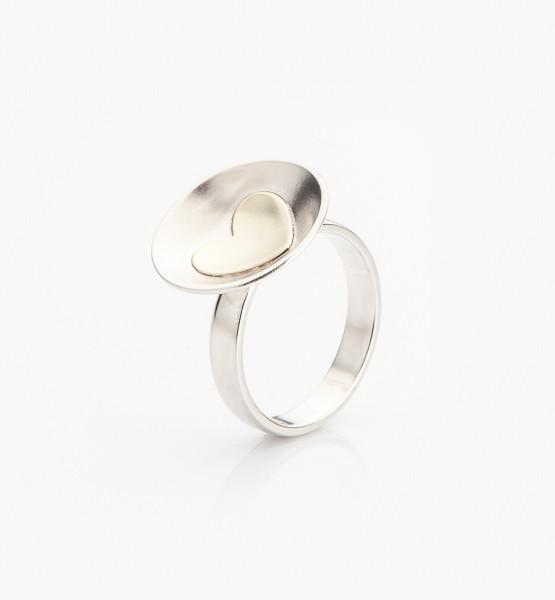 Stříbrný prstýnek se zlatým srdíčkem autorské šperky Šperkařka Marie Bernotová.