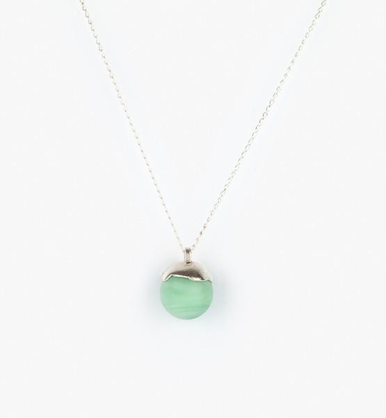 Skleněná kulička v zelené barvě jako náhrdelník.