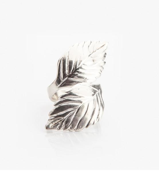 Čerstvě natrhané lístky máty, které obepnou prst v podobě exkluzivního prstenu