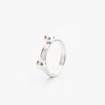 Stříbrný prstýnek ve tvaru pandích oušek.