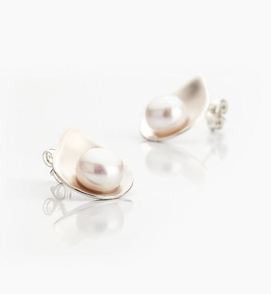Exkluzivní náušnice ze stříbra jako jednotlivé okvětní lístečky na kterých se usadila sladkovodní perla.