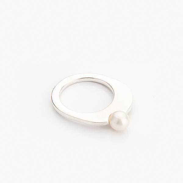 Příjemný a elegantní prstýnek originálního tvaru s perlou.